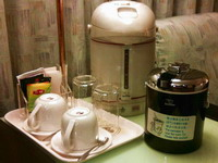 �i�i�B�@�ءB�M��A�H�L�O�ŦB��B�q������ Cocoa, coffee & tea, Zojirushi icebucket & electric pot.